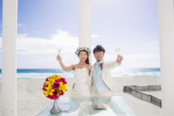 挙式後、シャンパンで乾杯